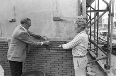 2005-10845-EN-10846 Bewonersorganisatie Het Oude Noorden:Van boven naar beneden:-10845: Het leggen van de eerste steen ...