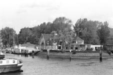 2005-10854 De Veerhaven met het gebouw van de Koninklijke Roei-en Zeilvereeniging De Maas.