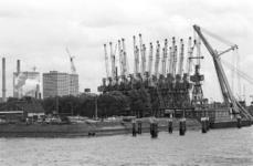 2005-10855 Bij de Merwehaven en het voormalig GEB terrein. Met niet meer werkzame hijskranen voor overslag. Op de ...