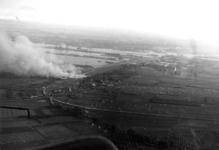 2005-1086 Luchtopname van de Waalhaven en van Charlois. Op de voorgrond de brandende gebouwen van Vliegveld Waalhaven ...