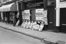 2005-10865 Het Zwaanshals ter hoogte van de hoek Zaagmolenstraat bij een sigarenzaak met uitstalling van buitenlandse ...