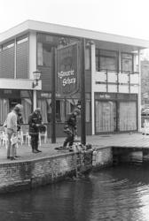 2005-10937 Een duiker van de Brandweer zoekt naar vermiste in de Delftsevaart.