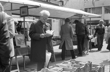 2005-10940 In de Wijde Kerkstraat wordt een boekenmarkt gehouden. Op de achtergrond de Hoogstraat met o.a. Snoek's ...