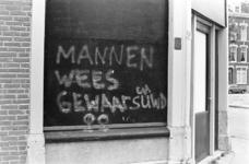 2005-10972 Tekst op dichtgetimmerde winkel in de Jensiusstraat,