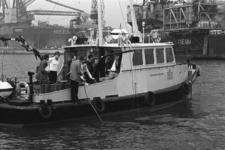 2005-10982 Ambtenaren van Rijkswaterstaat nemen watermonsters in de Botlek.
