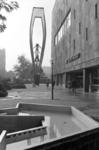 2005-11013 De Coolsingel ter hoogte van het warenhuis De Bijenkorf en het beeld van de in Rusland geboren Amerikaanse ...
