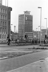2005-11034 De Blaak met verderop de Schiedamsedijk en het kantoorgebouw De Leuve.