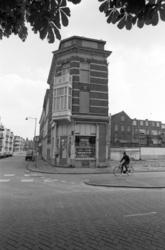 2005-11152 Op de hoek van de Vredenoordkade en Blaardorpstraat.