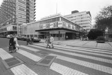 2005-11210 Het Lumière theater aan de Lijnbaan op de voorgrond de Kruiskade.