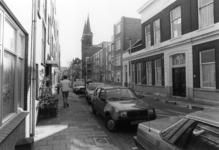 2005-11235 De Eendrachtsstraat. In het midden de rk parochie kerk, de Eendrachtskerk op nr. 95.