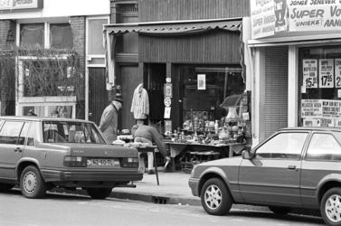 2005-11239 De Nieuwe Binnenweg ter hoogte van een antiekwinkel.