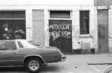 2005-11279 Graffiti op deuren van pakhuizen in straat in de wijk Oude Noorden.