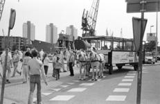 2005-11290 De Schiedamsedijk met de zondagstram bij de Leuvehaven en het Maritiem Buitenmuseum.