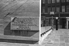 2005-11317-EN-11318 Het OostpleinVan boven naar beneden:-11317: Een gevelsteen gemetseld aan de metroingang op het ...