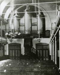 2005-1507 Interieur met orgel in de Christelijke Gereformeerde Kerk aan de Jonker Fransstraat.