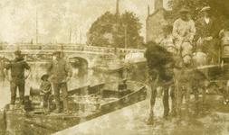2005-1536 De Linker Rottekade ter hoogte van de Noorderbrug. Het overladen van melk op een binnenschip.