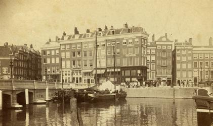 2005-1538 De Oudehaven met in het midden de Mosseltrap. De straat links is de Hoofdsteeg, rechts de Slepersvest met de ...