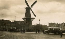 2005-1540 Het Oostplein met molen De Noord, geheel links de Slaak.