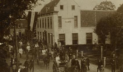 2005-1542 De Straatweg met café restaurant Freericks tijdens Koninginnedag.