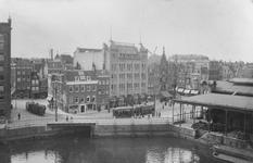 2005-1547 De Leuvehaven met in het midden de modewinkel van Gerzon. Rechts de Vismarkt en links de Witte Leeuwensteeg.