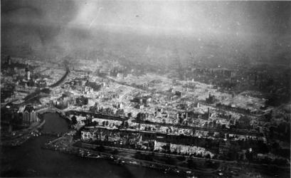 2005-1605 Luchtopname van het oostelijke deel van de verwoeste binnenstad. Links: het Witte Huis, de Oudehaven, de ...