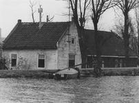 2005-1703 Woning aan de Bergse Linker Rottekade 398. Op de voorgrond de rivier de Rotte.