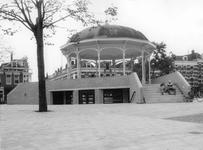 2005-1770 Buurtcentrum onder de verbouwde muziektent op het Pijnackerplein. In het midden de 2e Pijnackerstraat.