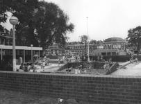 2005-1771 De spelende kinderen op het vernieuwde Pijnackerplein met op de achtergrond de muziektent en buurtcentrum.