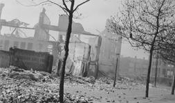 2005-321-1 Gezicht op de door het Duitse bombardement van 14 mei 1940 getrofffen omgeving van de Goudsesingel. Op de ...