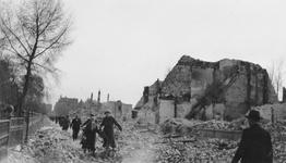 2005-321-2 Gezicht op de door het Duitse bombardement van 14 mei 1940 getrofffen omgeving van de Plantageweg. Als ...