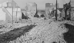 2005-321-3 Gezicht op de door het Duitse bombardement van 14 mei 1940 getrofffen omgeving van de Raampoortstraat..Op de ...