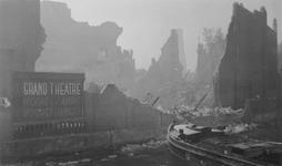 2005-321-4 Gezicht op de door het Duitse bombardement van 14 mei 1940 getrofffen Pompenburgsingel, met de restanten van ...