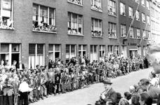 2005-5014 De Rubroekstraat met veel belangstelling voor de opening door Koningin Juliana van het clubhuis de Jeugdhaven ...