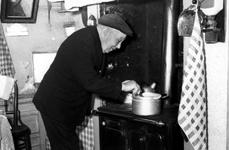 2005-5047 Meneer Cornelis Rijsdijk op 82 jarige leeftijd, veteraan van de Lombok expeditie van 1894. in zijn huis in de ...