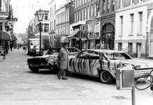 2005-5054 Op de Oude Binnenweg met autowrakken als kunstwerk van de kunstenaar Gust Romijn.