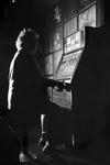 2005-5056 Een mevrouw speelt met een gokautomaat in een horeca-onderneming aan het Stadhuisplein.