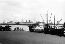 2005-5074 De Nieuwe Maas uit noordwestelijke richting gezien met de Holland-Amerika Lijnschepen, waaronder Nieuw ...