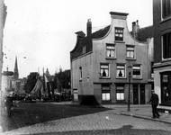 2005-5084 De Eenhoornstraat uit oostelijke richting gezien. Rechts bij de Herderstraat. Op de achtergrond de Zalmhaven ...