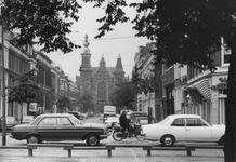 2005-5132 De Erasmusstraat uit oostelijke richting gezien. Vanaf het Noordplein. Met verderop de Jacob Catsstraat met ...