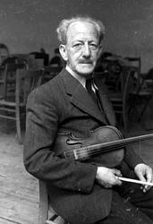 2005-5141 Portret van Thom Adee, musicus, violist en dirigent van de Politiekapel.