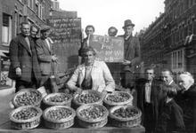 2005-5150 In de Tiendstraat voert de bevolking actie om fruit van de bon te krijgen.