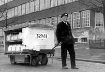 2005-5154 Op de Wytemaweg is een RMI melkbezorger met wagen ter hoogte van het Unilever-gebouw.