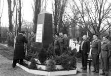 2005-5157-TM-5162 Mariniers:Van boven naar beneden afgebeeld:-5157: Op de begraafplaats Crooswijk zijn mariniers ...