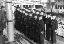 2005-5217 Op het schoolschip de Nederlander . Leerlingen staan aangetreden.