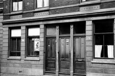 2005-5258 In de Van der Takstraat op nr. 46 is aan het raam een communistisch verkiezingsbiljet.