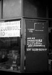 2005-5275 Schaarste van levensmiddelen tijdens de Tweede Wereldoorlog. Waarschuwing van winkelier op winkeldeur tegen ...