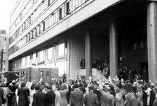 2005-5286 Nederlandse bruiden van Canadese militairen vertrekken vanaf het Beursgebouw aan de Meentzijde voor de reis ...