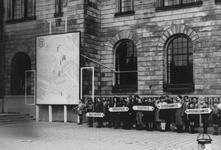 2005-5288 Spel voor het stadhuis aan de Coolsingel ter gelegenheid van de Nationale Bevrijdingsdag uitgevoerd door de ...