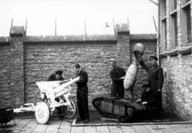 2005-5289 Aan het Haagseveer naast het hoofdbureau van politie op een binnenplaats bij hun zelfgebouwde onderkomen laat ...