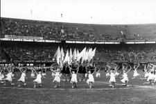 2005-5290 Spel in het Stadion Feijenoord ter gelegenheid van de Nationale Bevrijdingsdag uitgevoerd door een gymnastiekgroep.